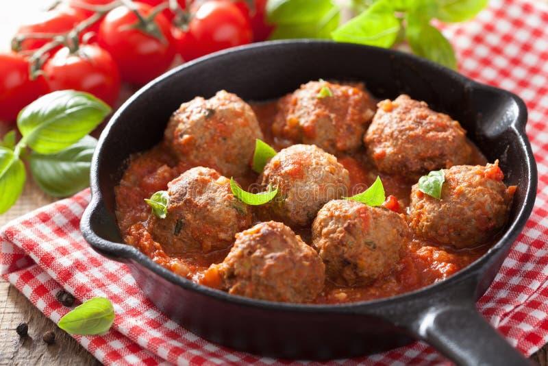 Fleischklöschen mit Tomatensauce in der schwarzen Wanne lizenzfreies stockfoto