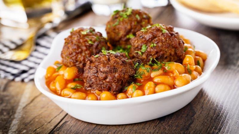 Fleischklöschen und gebackene Bohnen lizenzfreies stockfoto