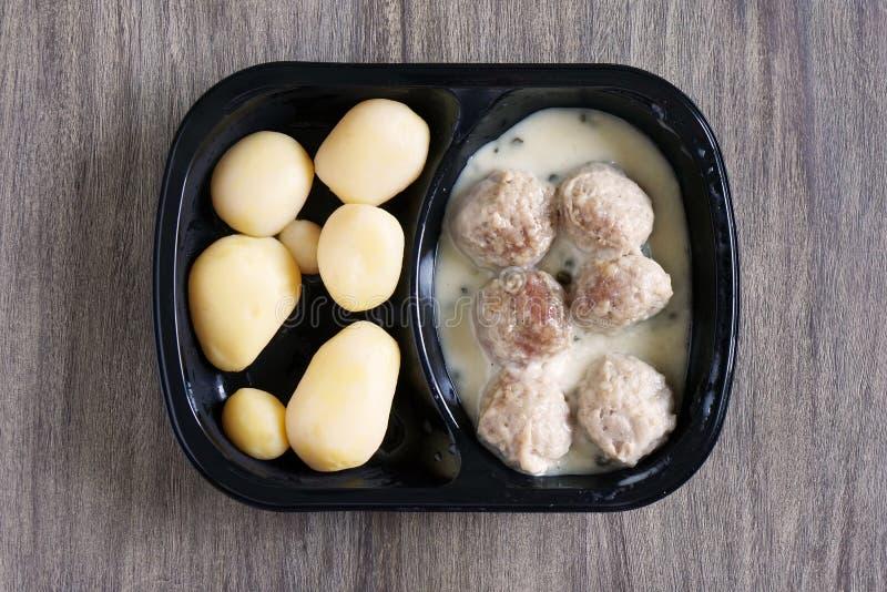 Fleischklöschen und microwavable sofortiges Fertiggericht der Kartoffeln oder Fernsehabendessen stockfotos