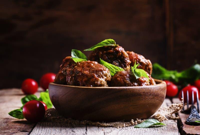 Fleischklöschen von Schweinefleisch und von Rindfleisch mit würziger Tomatensauce in der Schüssel, vint stockfotos