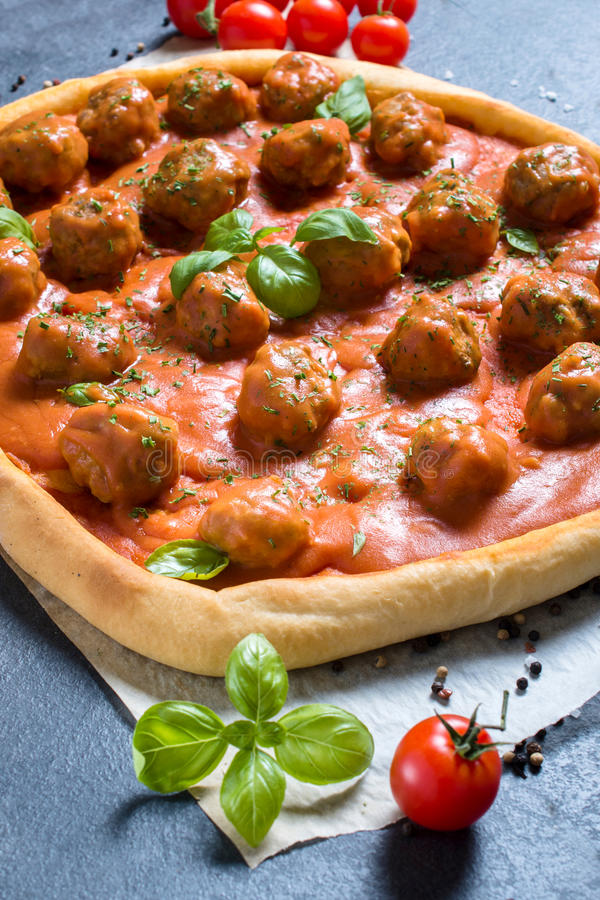Fleischklöschenpizza stockfotos