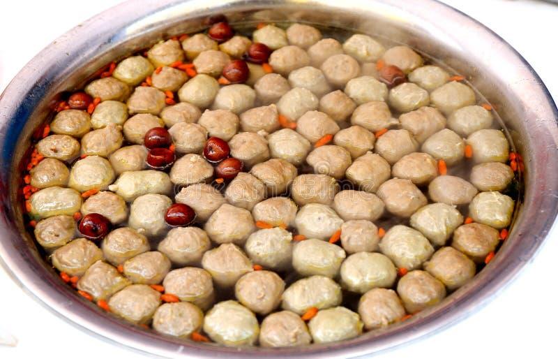 Fleischklöschensuppe, gekochter Fleischball, exotische asiatische chinesische Küche, typisches köstliches chinesisches Lebensmitt stockfoto
