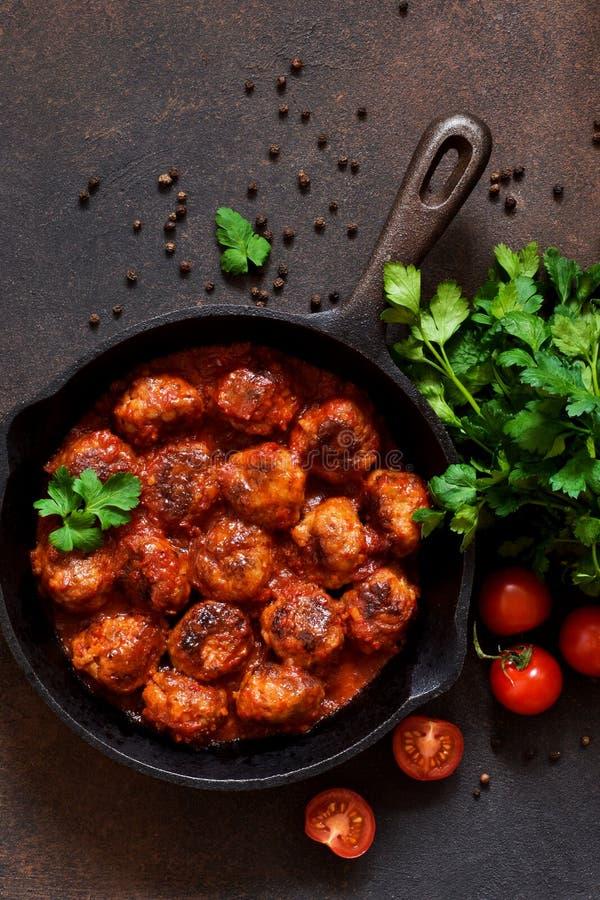 Fleischkl?schen in der s??en und sauren Tomatensauce auf dem K?chentisch Beschneidungspfad eingeschlossen lizenzfreie stockbilder