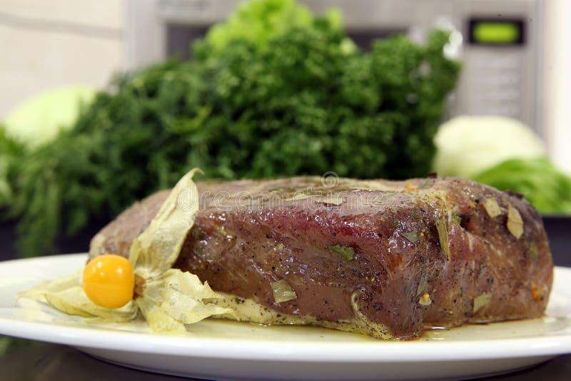 Fleischrindfleischteller-Plattengrün würzen Gewürzkantinen-Sonnenblumenöl stockfotografie