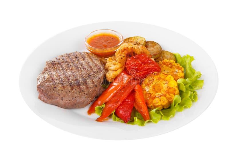 Fleischsteak mit lokalisiertem Weiß der Tomatensauce lizenzfreies stockfoto