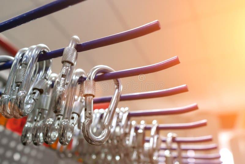 Flera carabiners som hänger på hyllan royaltyfri fotografi