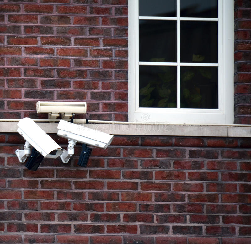 Flera CCTV-kameror på väggen arkivbilder