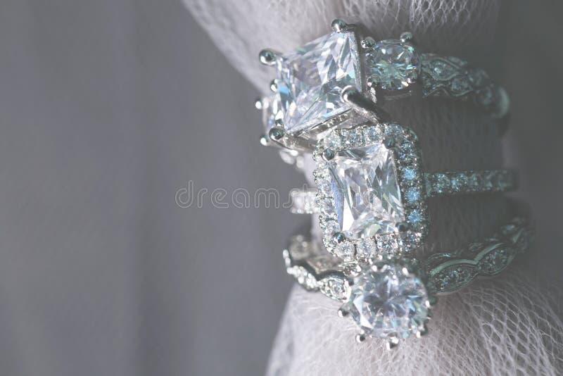 Flera diamantbröllopförlovningsringar fina smycken arkivbild