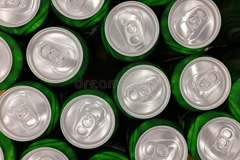 Flera gröna stängda aluminiumburkar arkivbild