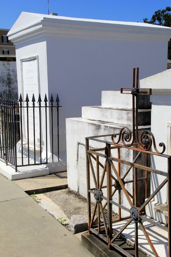 Flera gravstenar och tunga smidesjärnportar, St Louis Cemetery 1, New Orleans, 2016 royaltyfria foton