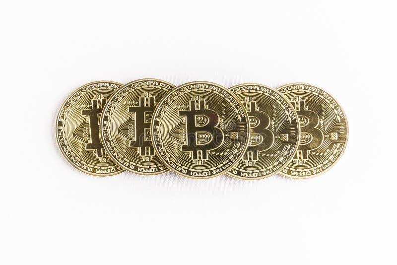 Flera guld- mynt för bitcoin som travas upp i en pyramidform arkivfoton