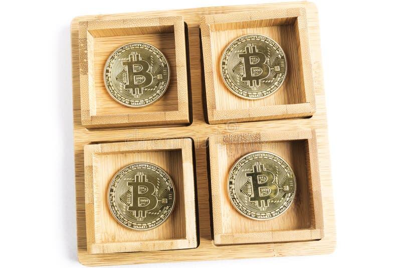 Flera guld- mynt f?r bitcoin inom n?gra tr?bunkar fotografering för bildbyråer