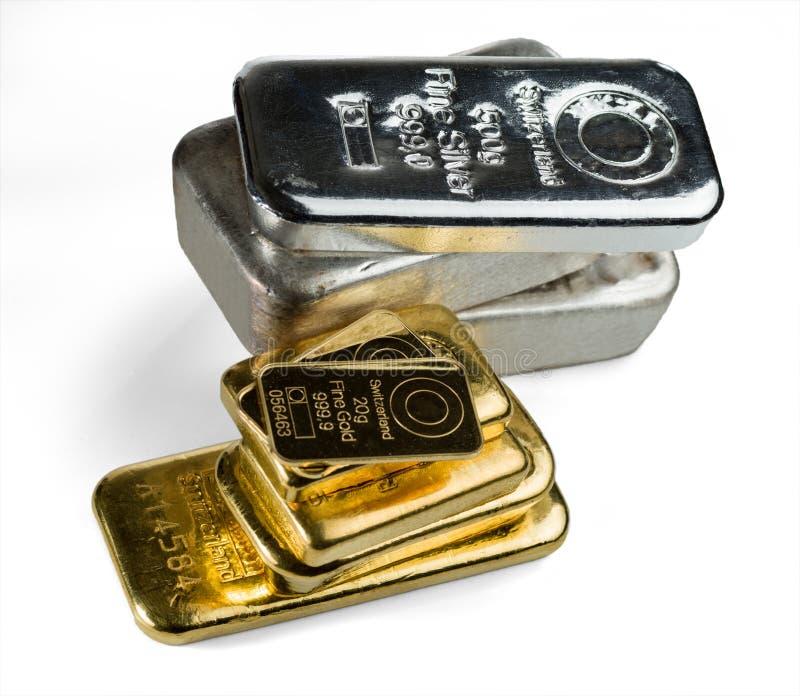 Flera guld- och silverstänger som isoleras på vit bakgrund royaltyfri fotografi