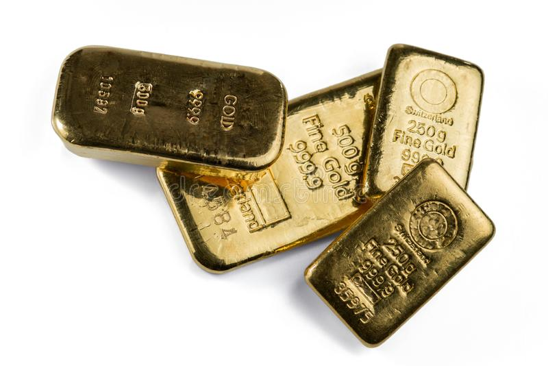 Flera guld- stänger av olik vikt på vit royaltyfri foto