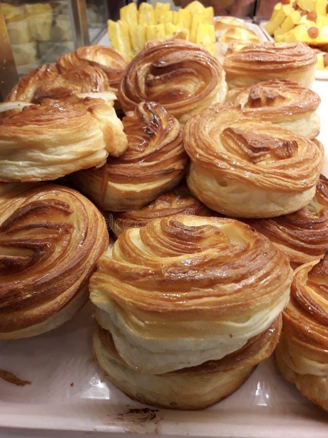 Flera har danskt bröd honungsirap på överkanten royaltyfri foto