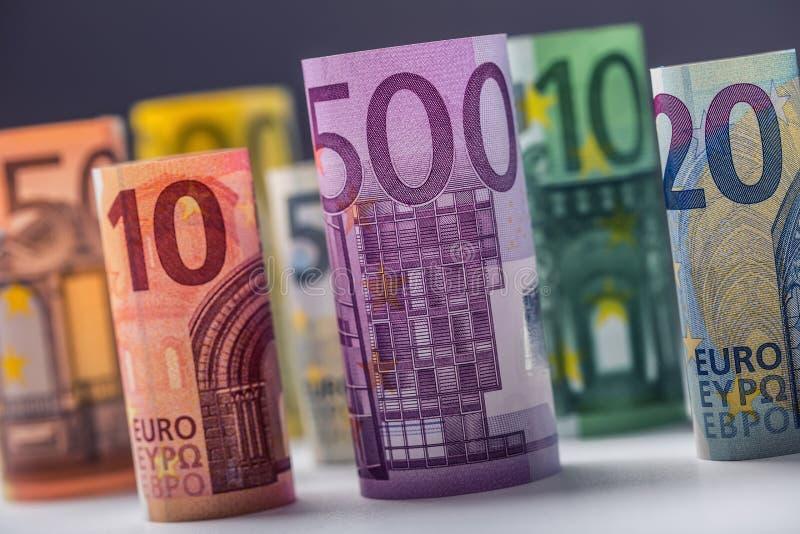 Flera hundra eurosedlar som staplas av värde Europengarbegrepp Rolls eurosedlar begreppsmässig valutaeuro för sedlar femtio fem t royaltyfri fotografi