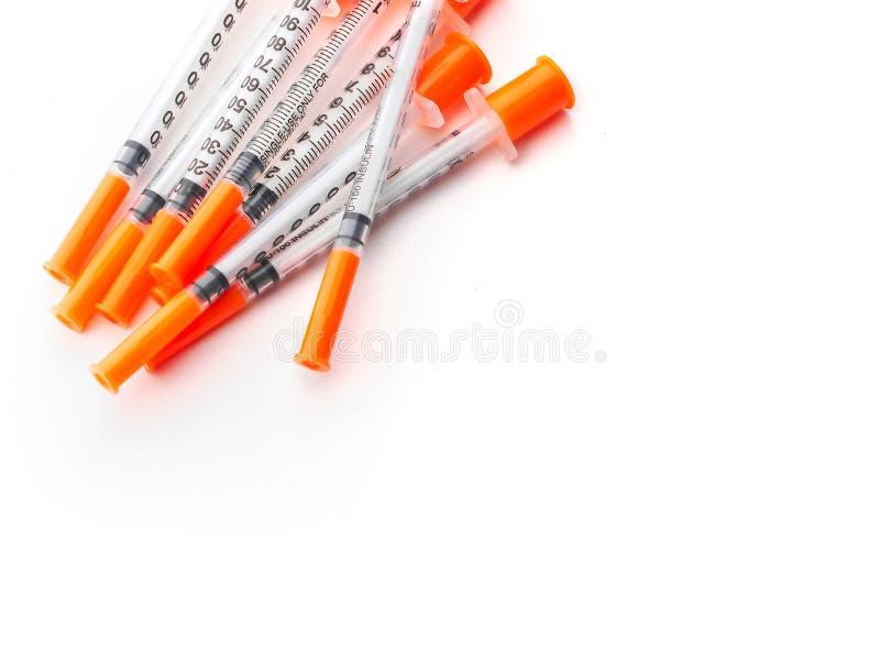 Flera insulininjektionssprutor för för vit isolerad bakgrund för injektion royaltyfri bild