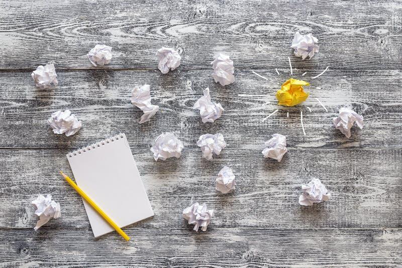 Flera klumpa ihop sig vit skrynkligt papper med en färgrik guling och arkivfoto