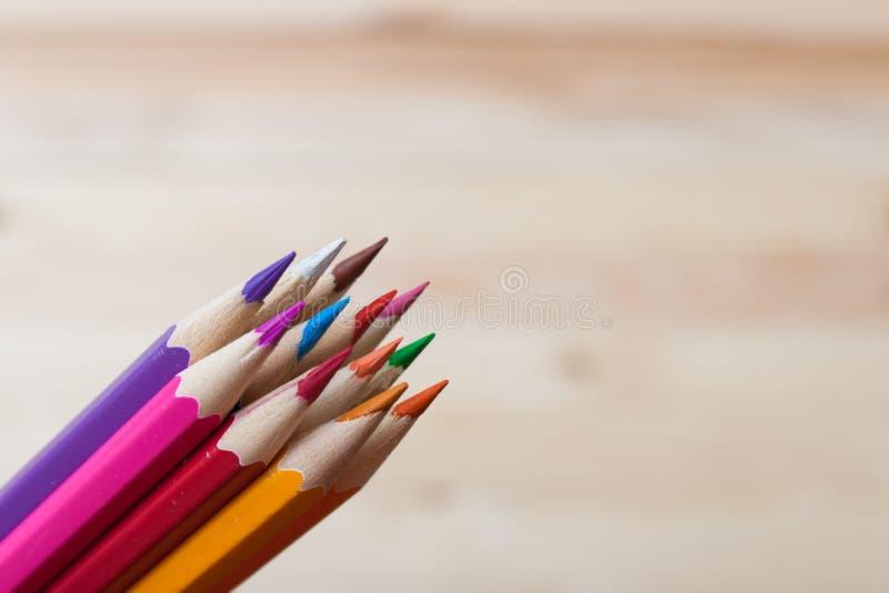 Flera kulöra blyertspennor i en hög, suddig bakgrund arkivbilder