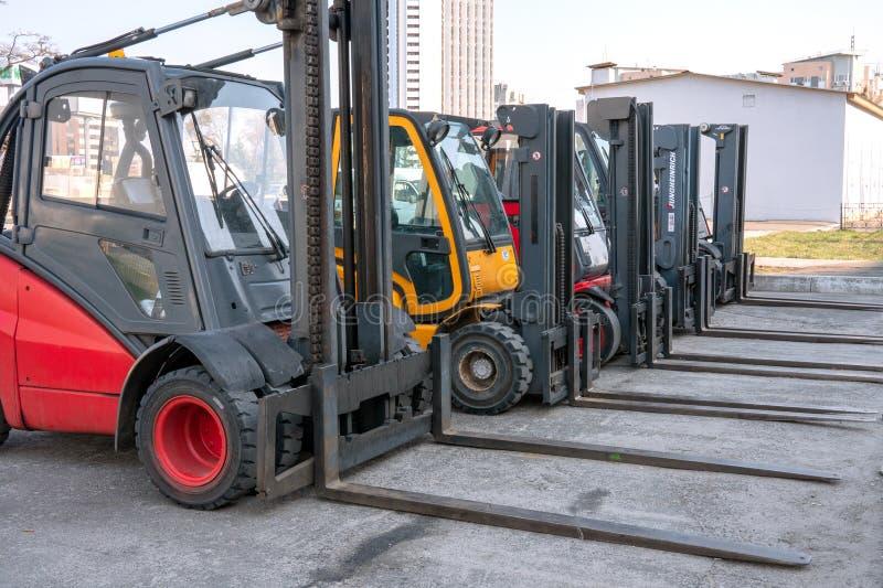 Flera lastladdare ställs upp i en öppen konstruktionsplats arkivfoton