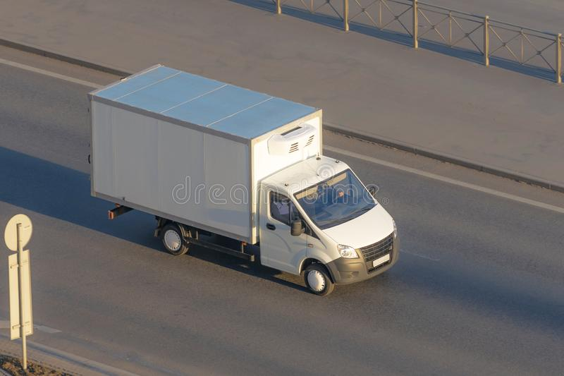 Flera leveransskåpbil och vit logistisk lastbil som kör på huvudvägen fotografering för bildbyråer