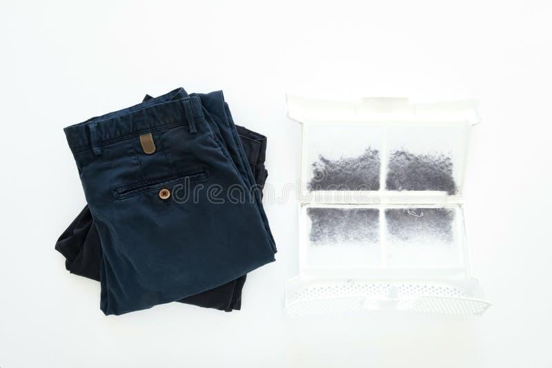 Flera man byxa och ett filter från torrare maskin mycket av förbandsgas, damm och ull Lekmanna- lägenhet, bästa sikt fotografering för bildbyråer