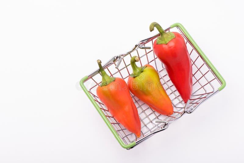 Flera mogna söta och varma peppar av rött och orange på en vit bakgrund arkivfoton