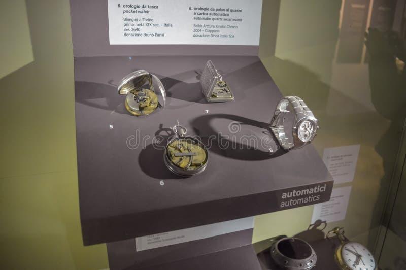 Flera rovor och armbandsur för gammal skola som visas i ett museum arkivfoton