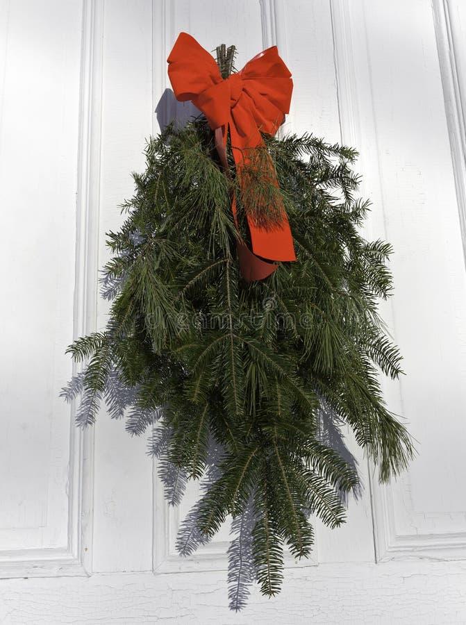 Sörja och granlövruskor på dörr med det röda bandet fotografering för bildbyråer