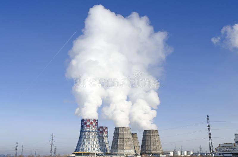 Flera som arbetar kyla torn thermal för centralvärmeväxtström Ryssland royaltyfri foto