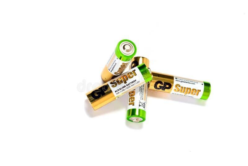 Flera spenderade alkaliska batterier för färg på en vit bakgrund royaltyfria bilder