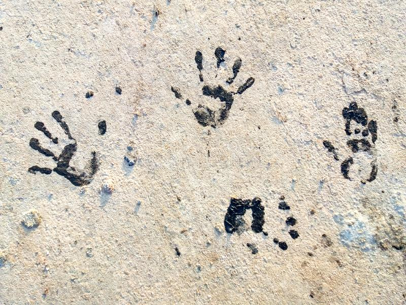 Flera svarta Handprints på jordningen fotografering för bildbyråer