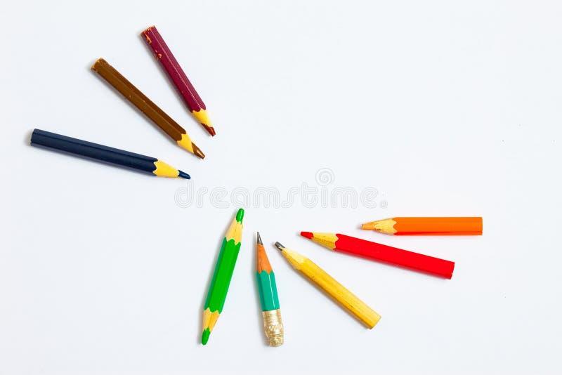 Flera tappningblyertspennor på en vit fotografering för bildbyråer