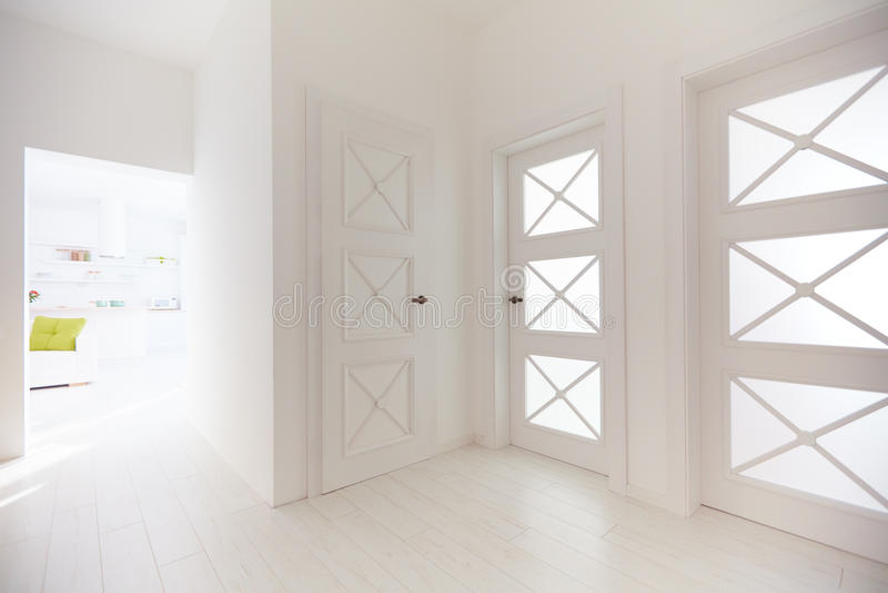 Flera trädörrar med dekorativa glass mellanlägg i korridor av den moderna lägenheten fotografering för bildbyråer