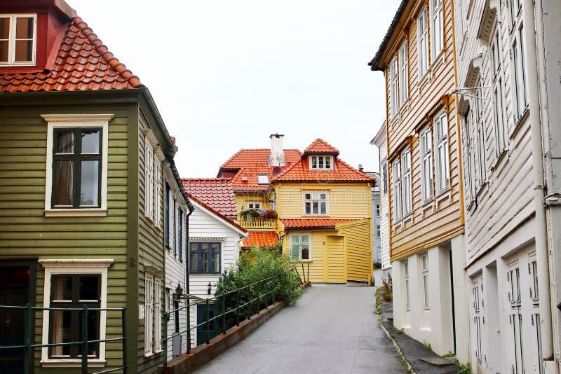 Flera typiska färgrika hus Floyen parkerar nästan och den Bryggen grannskapen i den härliga staden av Bergen, Norge arkivbild