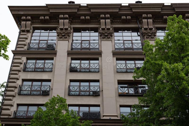 Flera Windows i rad på fasaden av den gamla byggnaden Windows på marmorerar i rad väggen Rader av Windows på en högväxt byggnad arkivbilder