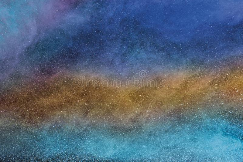 Flerfärgad mist, dimma, rök eller pulver är klipsk spridning mycket i utrymme arkivfoto