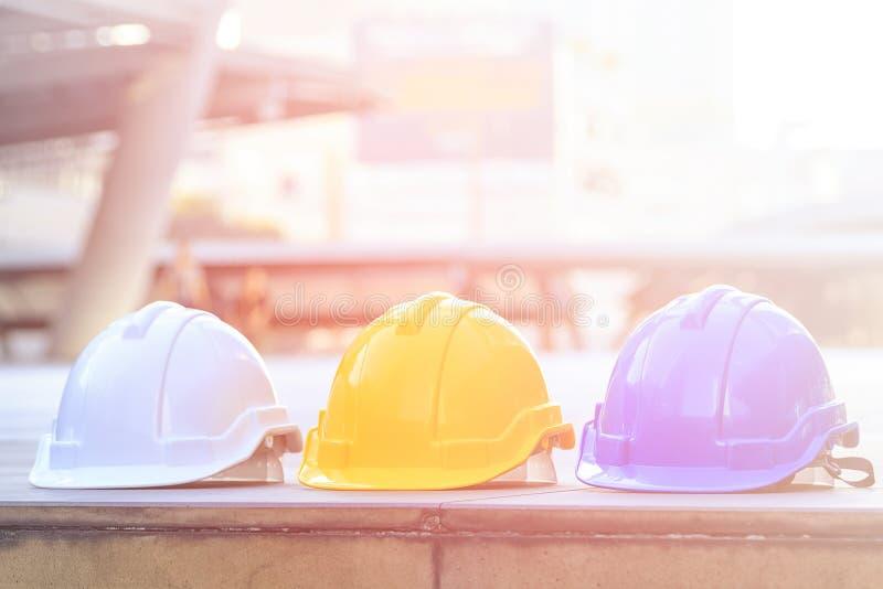 Flerfärgad säkerhet, konstruktionsskyddshjälm arkivbild