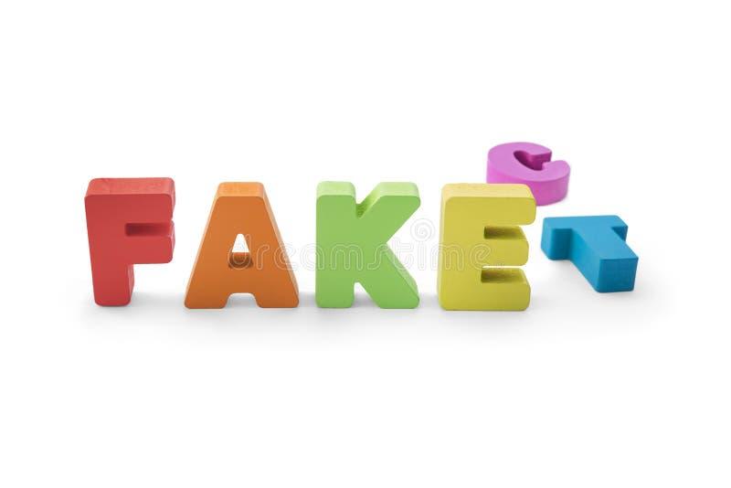 Flerfärgade bokstäver som bildar ordet för ATT FEJKA i stället för FAKTUM på svart bakgrund Substite bokstäver fejka ersättningen arkivfoto