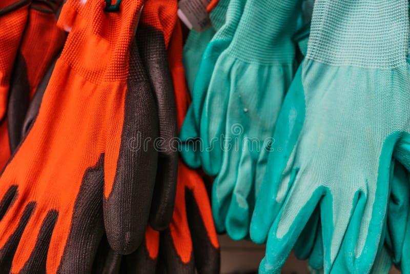 Flerfärgade gummihandskar från hushåll royaltyfri fotografi