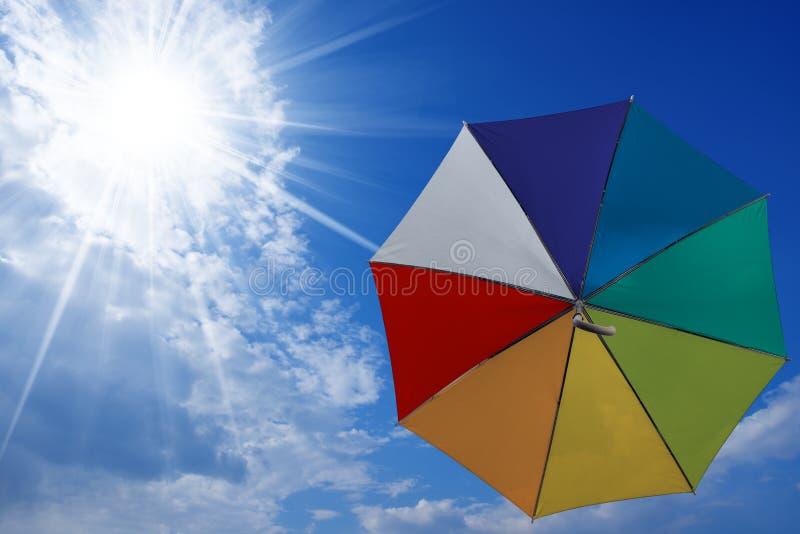 Flerfärgat paraplyflyg i himlen arkivbilder