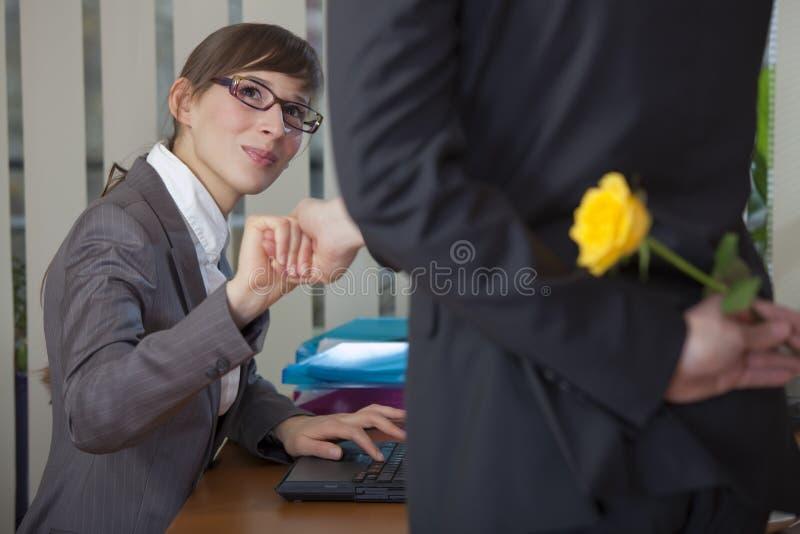 Flertar no escritório foto de stock