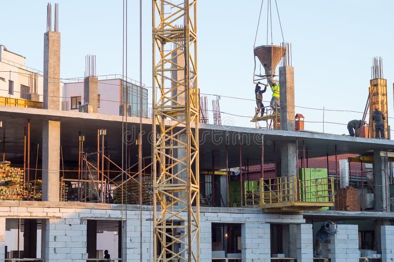 flervånings- byggnadskonstruktion Hårdna arbete arkivbilder