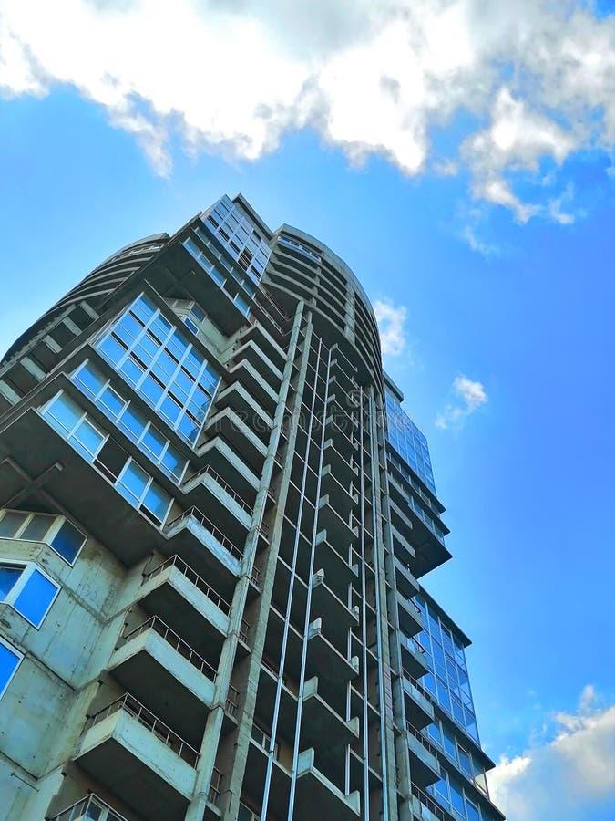 Flervånings- oavslutad byggnad mot himlen royaltyfri fotografi