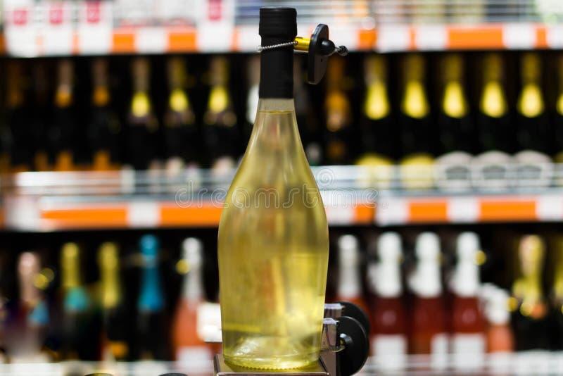 Fles alcohol bij het close-up van de kruidenierswinkelopslag stock afbeeldingen
