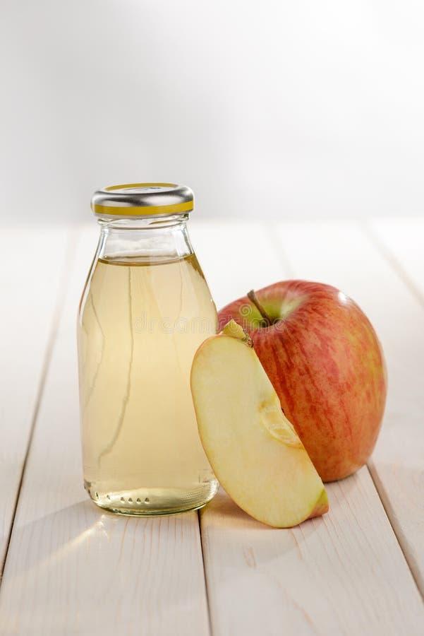Fles appelsap royalty-vrije stock afbeeldingen