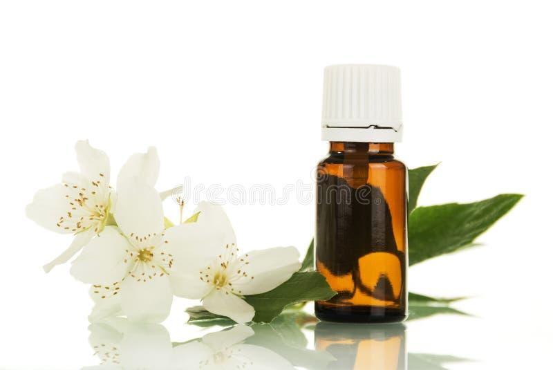 Fles aromatische vloeistof voor het vaping van elektronische die sigaret en Jasmijnbloem op wit wordt geïsoleerd stock fotografie