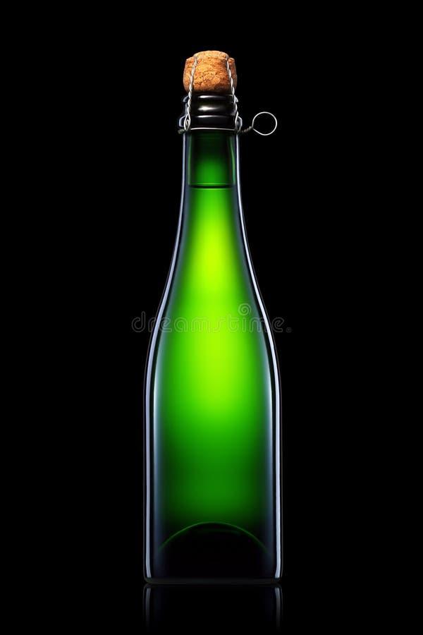 Fles bier, cider of champagne op zwarte achtergrond wordt geïsoleerd die royalty-vrije stock afbeeldingen