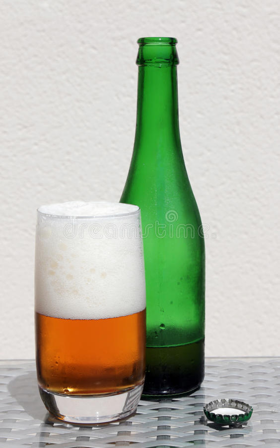 Fles Bier, Glas en Kroonkurk royalty-vrije stock afbeelding