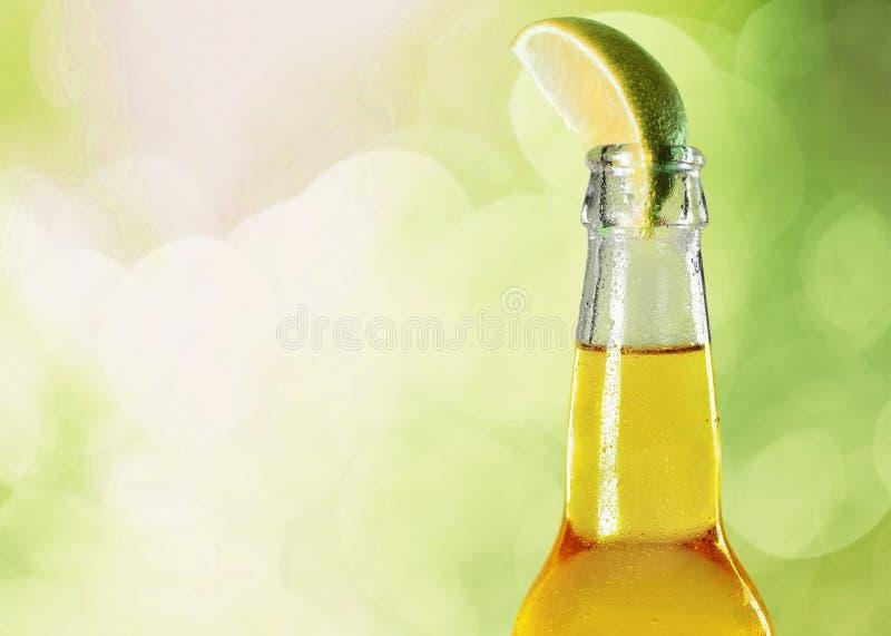 Fles bier met kalk op vage achtergrond stock foto